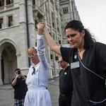 Botrány a közgyűlésen: új szervezetet alapít a fekete ruhás nővér