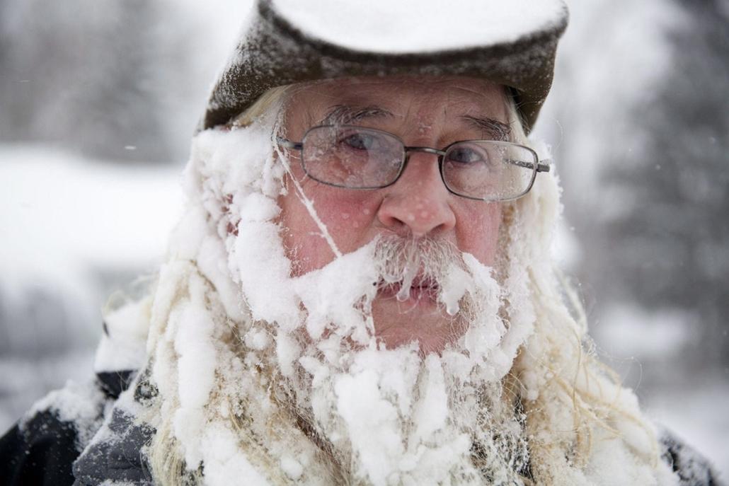 afp.14..01.06. - Flint, USA: Jeges szakállát mutatja a 66 éves Lee Tuttle a Michigan állambeli Filntben - havazás, hóesés, tél