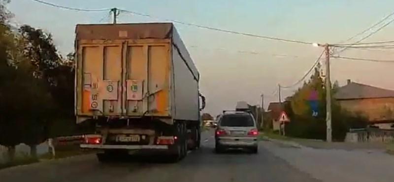 A nap videója: nyomdafestéket nem tűrő módon előz a kamionos