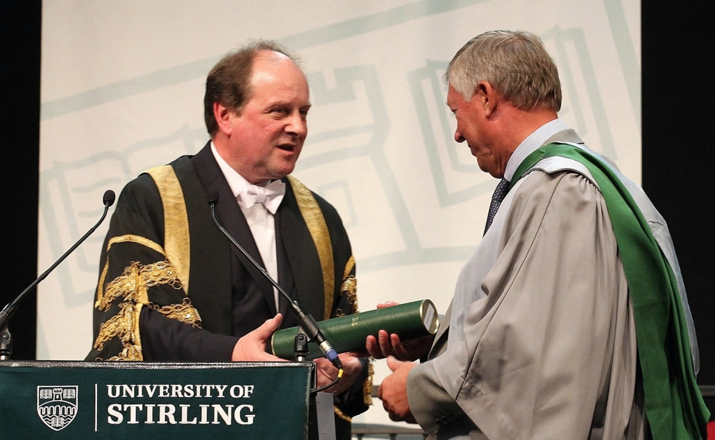 Alex Ferguson nagyításhoz - UNITED KINGDOM, Stirling : Manchester United manager Sir Alex Ferguson (R) is awarded with an honorary doctorate by University chancellor James Naughtie (L) during a graduation ceremony at Stirling University on June 29, 2011 i