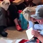 A legszebb ajándékot kapta karácsonyra ez a kisfiú: egy családot - videó