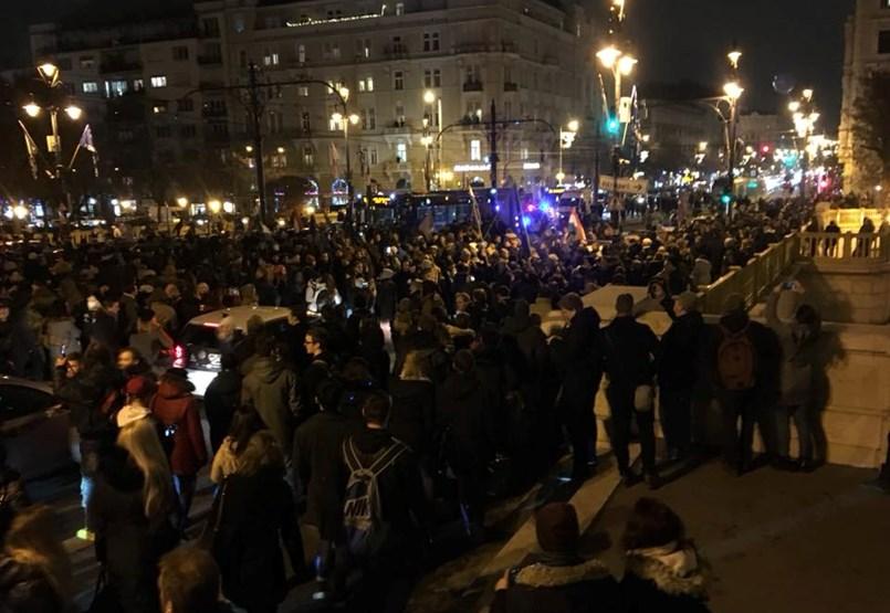 Elfoglalták és lezárták a tüntetők a Margit hidat - Percről percre