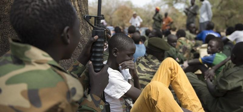 Legalább 650 gyerekkatonát soroztak be Dél-Szudánban az idén