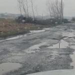 Holdbéli úton járnak a kátyúk miatt az autósok Taktaharkánynál