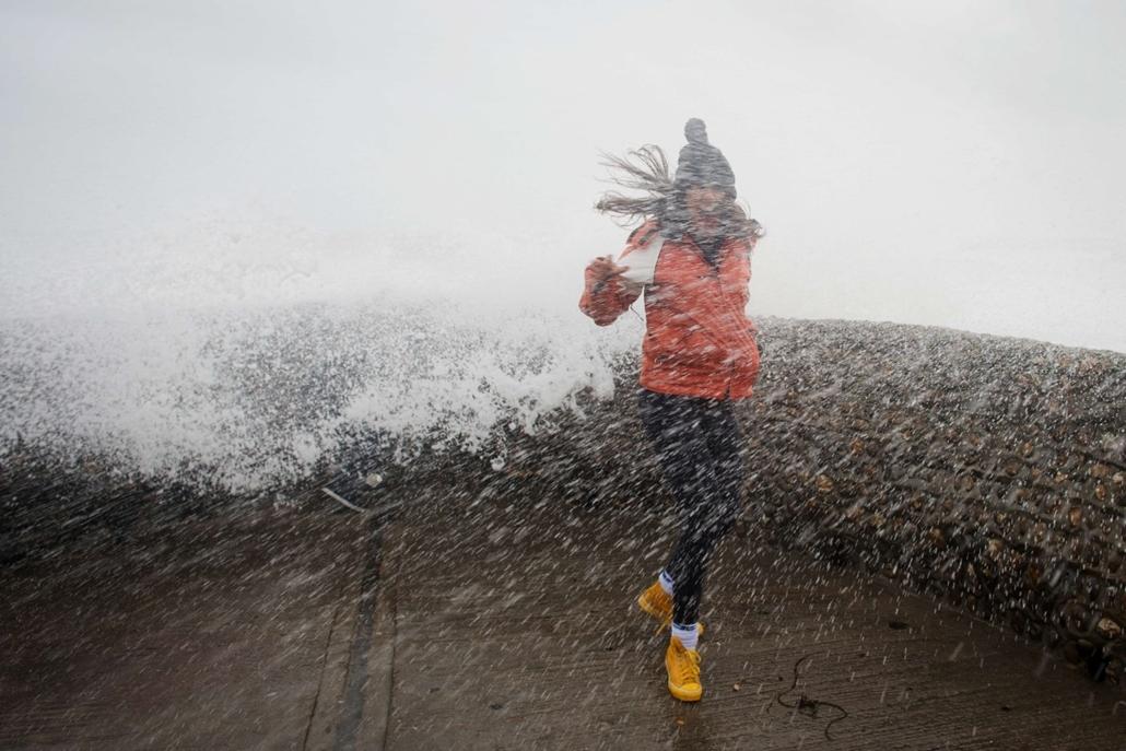 afp. szél, szeles, időjárás, nagyítás - Brighton, Egyesült Királyság, tengerpart, 2013.10.27.