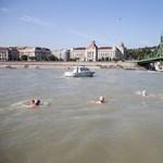 Fogadjunk, nem látott még ilyet: vízilabdáztak a Duna közepén