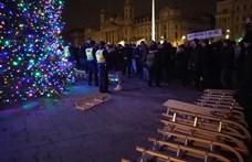 Szánkókat loptak a tüntetők a Kossuth térről