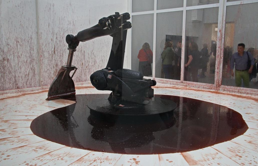 """kka. Nagyítás 58. Velencei Biennálé Szun Juan és Peng Ju kínai  művészek vérlapátoló ipari robotja sziszifuszi munkára van kárhoztatva, mert az """"élő"""" anyag minig kifolyik a lapátja alól"""