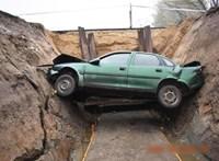 Több méter mély munkagödörbe esett egy autó – fotók
