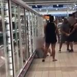 Egymásba kapaszkodott két izmos férfi a Tescóban, de ebben nem volt romantika – videó