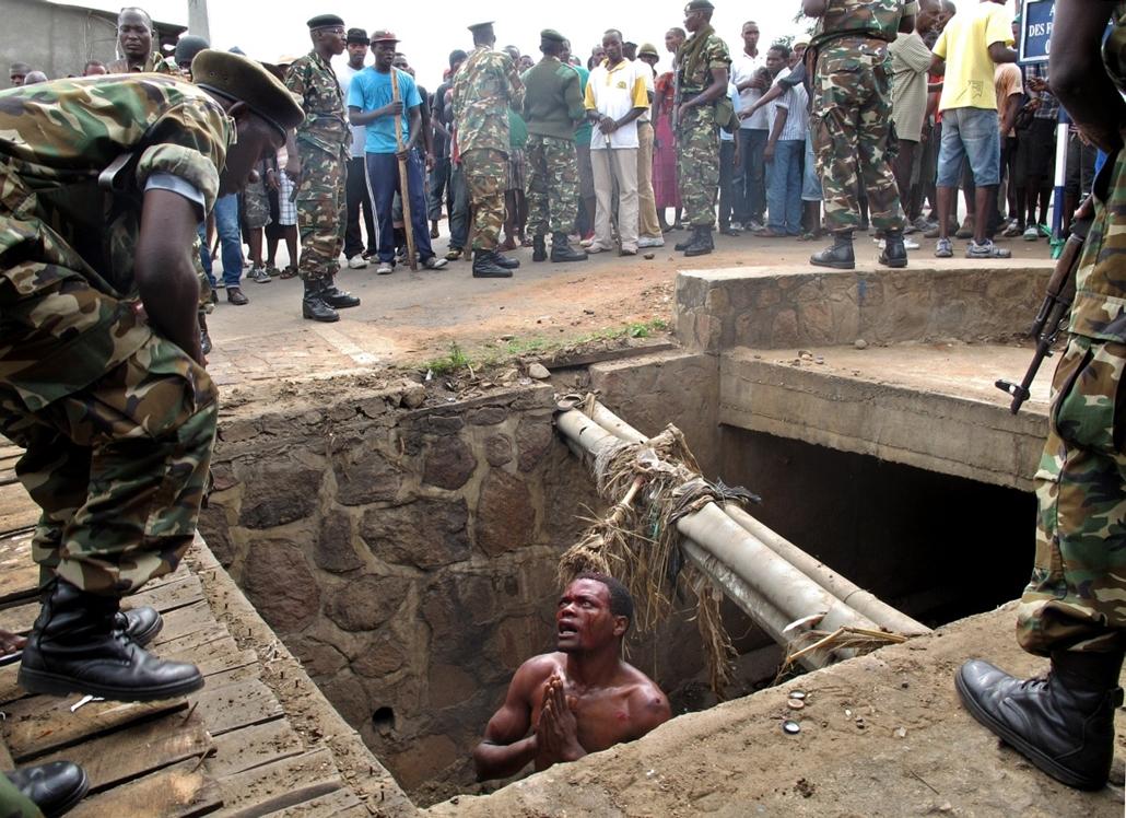 afp.15.05.07. - Bujumbura, Burundi: lincselés elől menekülő férfi (végül a katonaság mentette meg - szöveg!) - 7képei
