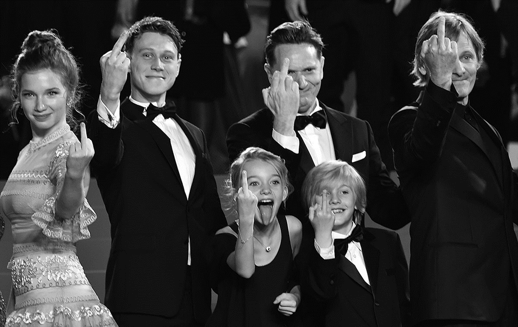 """afp.16.05.21. -Annalise Basso, George MacKay, Shree Crooks, Matt Ross, Charlie Shotwell  és Viggo Mortensen -  """"Captain Fantastic"""" csapata újjat mutat- Cannes-i Filmfesztivál feketén-fehéren, Nagyítás"""