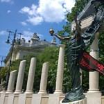 Molinót akasztottak a megszállási emlékműre