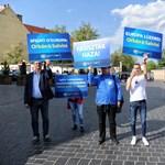 """""""Mussolini=Salvini"""" – a DK-sok táblákkal várták a Várban Orbánékat"""