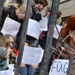 Egy betört üveg miatt újra vizsgálják a Fidesz-székház elfoglalását