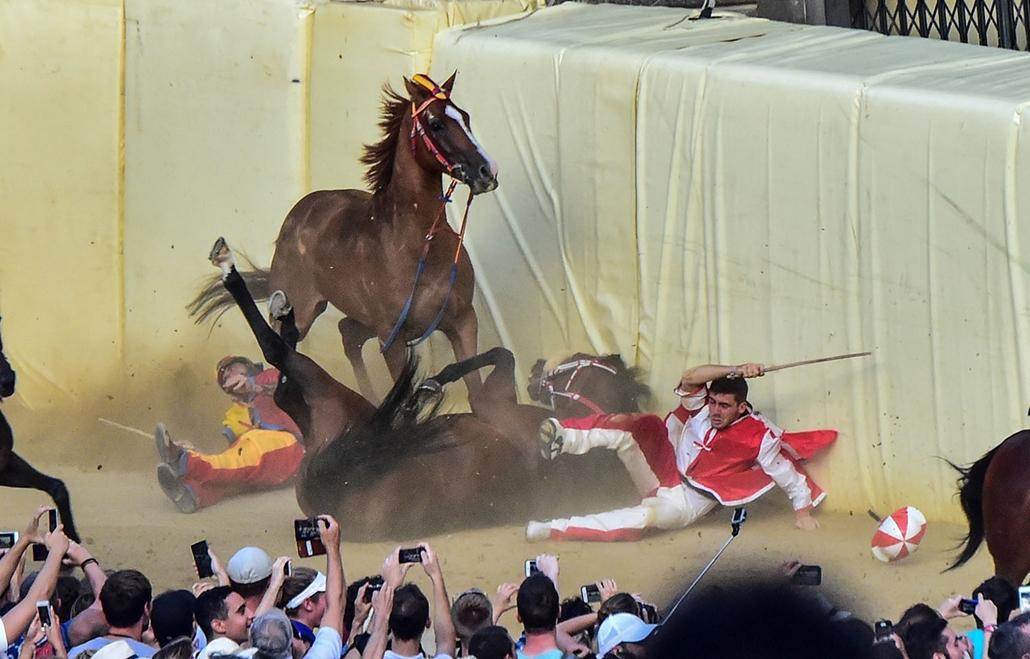 AFP - Nagyítás - Állati 2016 - 16.12.31. - Tömegkarambol a sienai palio lóversenyen. Az esemény az olaszországi Siena városának legnevezetesebb kultúrális látványossága, melynek fődíja a paliónak nevezett, Madonna-kép.