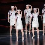 Kim Dzsong Un személyesen állította össze a miniszoknyás észak-koreai katonalányok zenekarát – videó