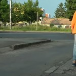 Kínkeservesen lehet kerekesszékkel a szentendrei HÉV-től a Duna-partig eljutni – videó
