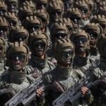 Kim Dzsong Un visszavett és nem mutogatta a rakétáit a katonai díszszemlén