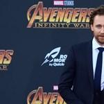 Tom Hiddleston látványosan kínosan érzi magát ebben a reklámban – és mi is