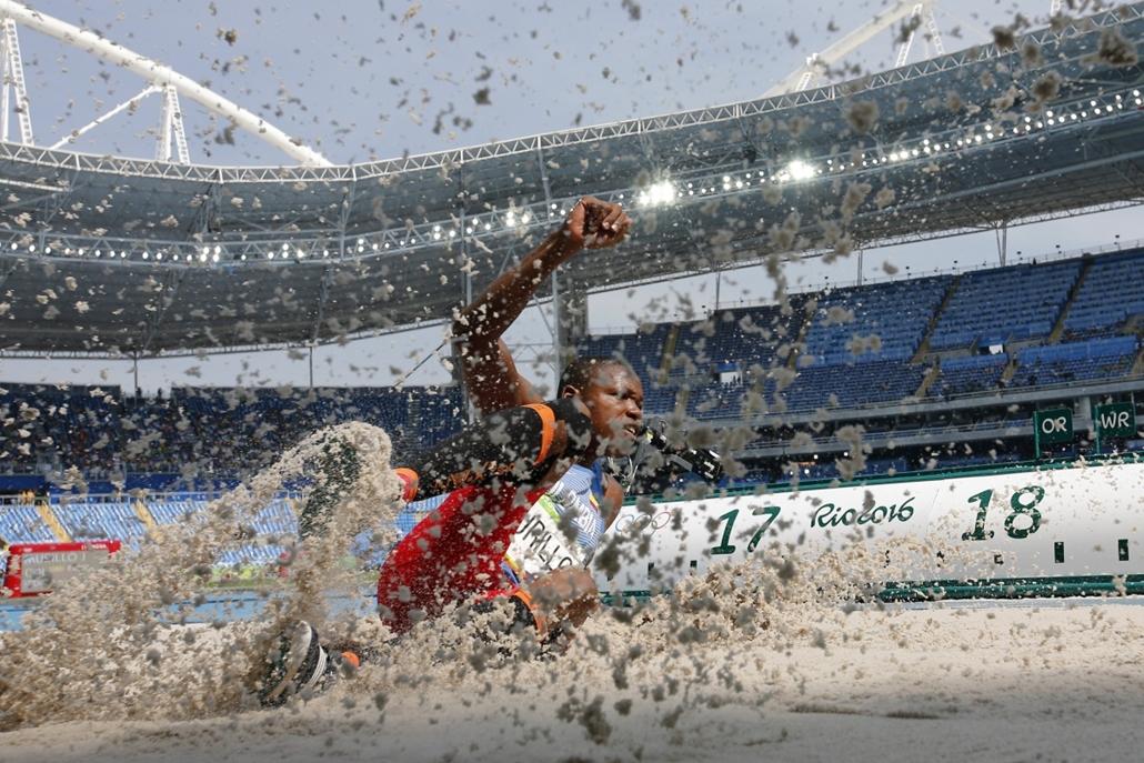afp.16.08.16. - A kolumbiai Jhon Murillo érkezése a férfi hármasugrás döntőjében augusztus 16-án. - olimpia, riói olimpia 2016, olimpia 2016