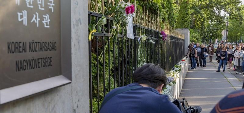 Fotók: Gyertyagyújtással emlékeztek a hajóbaleset áldozataira a Koreai Nagykövetségnél