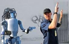 Nyugalom, a robot (még) nem tud pisztolyt rántani a támadójára