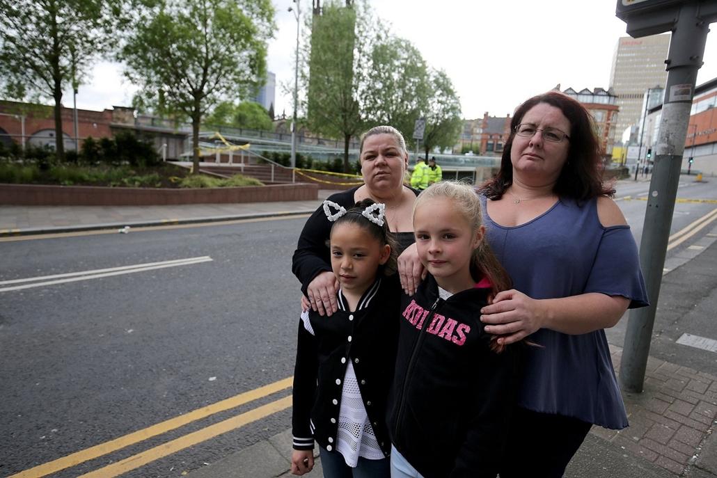 mti.17.05.23. - A koncerten részt vevő Gemma Batey a lányával, Ellával (b) és Rachel Crowcroft a lányával, Ellie-vel (j) Manchesterben 2017. május 23-án, miután az előző este, Ariana Grande amerikai énekesnő koncertjének végén öngyilkos merénylő pokolgépe