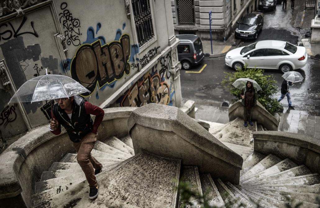 afp. nagyításhoz - esernyő - eső, időjárás, zivatar, vihar  - Isztambul, Törökország, 2014.04.28.