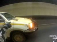 Lazán odaadta a sofőrnek menet közben az autón felejtett tabletjét a motoros – videó