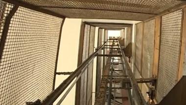 Nyitott ajtóval elinduló liftben halt meg egy csecsemő Pozsonyban