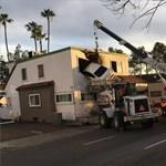 Az első emeletig repült egy karambolozó autó Santa Anában – fotó