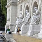 Még az épületek előtt álló szobrok is maszkot kaptak a BME tanévnyitóján
