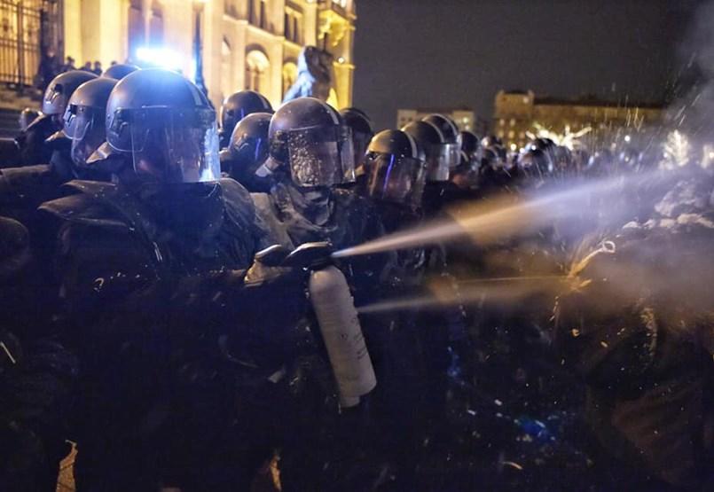 Megint megszórták könnygázzal a tüntetőket a Kossuth téren