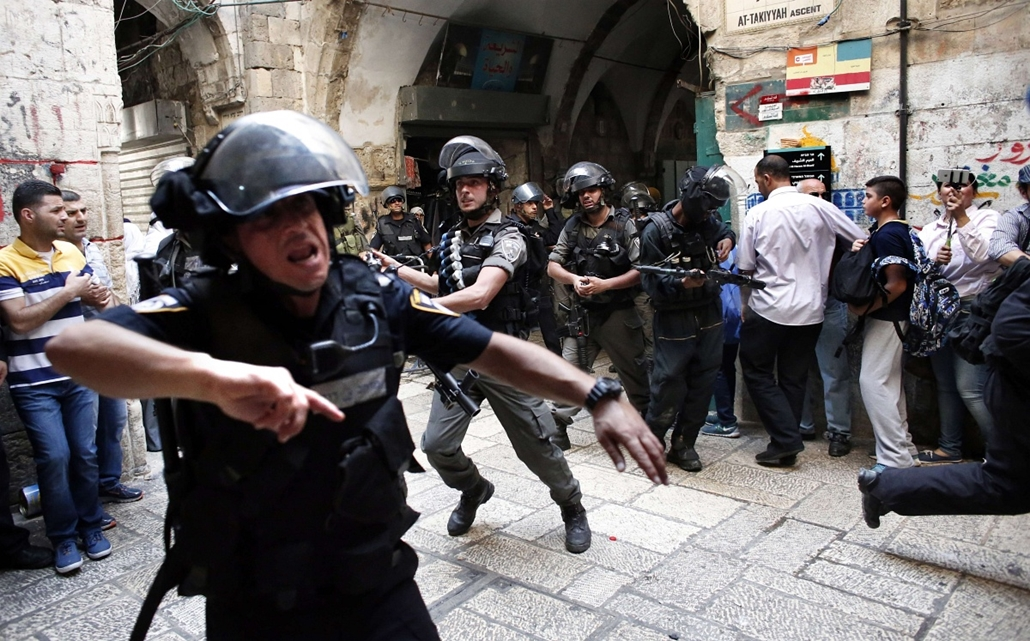 afp. izraeli-palesztin konfliktus 2015 - 2015.10.15. tömeget oszlató rendőrök Jeruzsálem - Israeli police use stun grenades as they start to disperse Palestinian demonstrators in a street of the Muslim quarter in Jerusalem's Old City during scuffles with