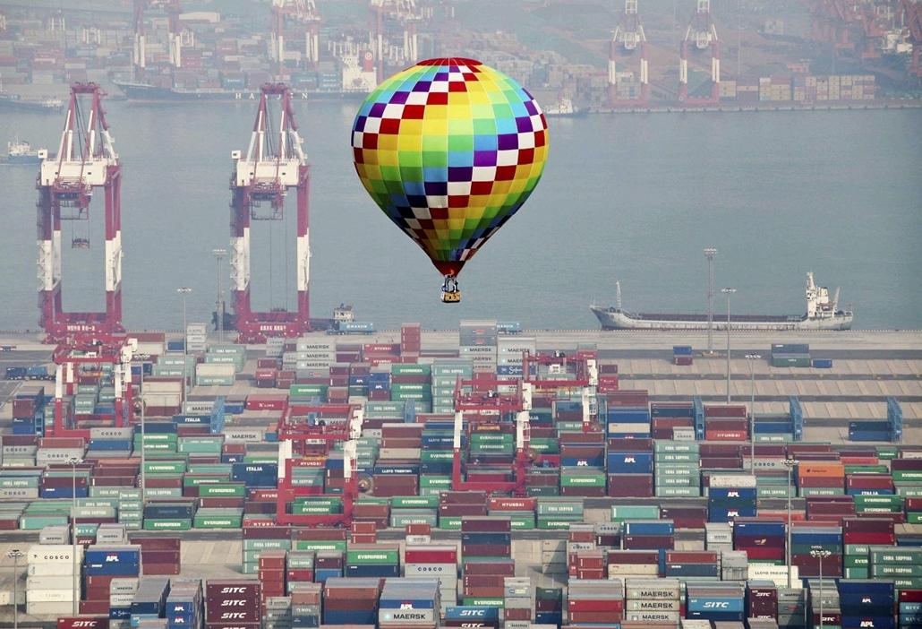 Hőlégballon Qingdao konténerkikötője felett a kelet-kínai Shandong tartományban - Hét képei - nagyítás