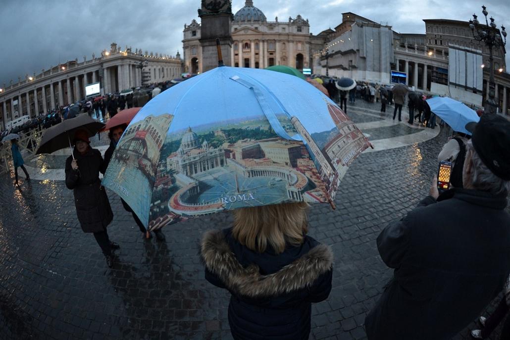 résztvevők a téren - pápaválasztás - pavalko