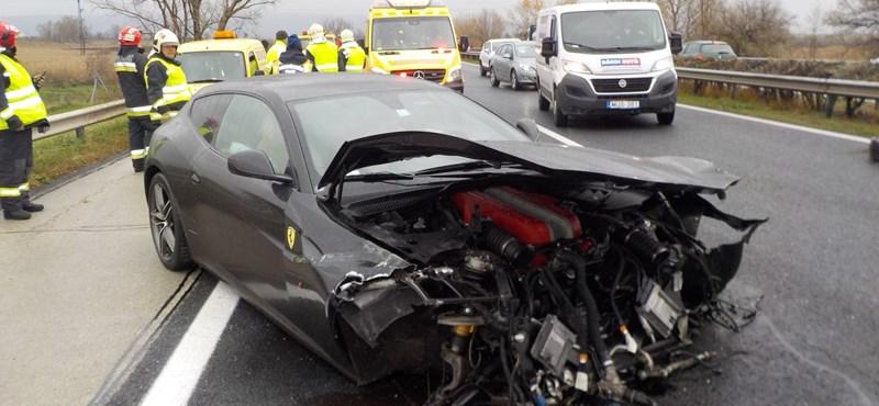 Megzúztak egy Ferrarit az M1-esen
