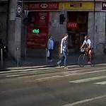 Videó: Telibe kapta a gyalogost a biciklis a Rákóczi úti zebrán