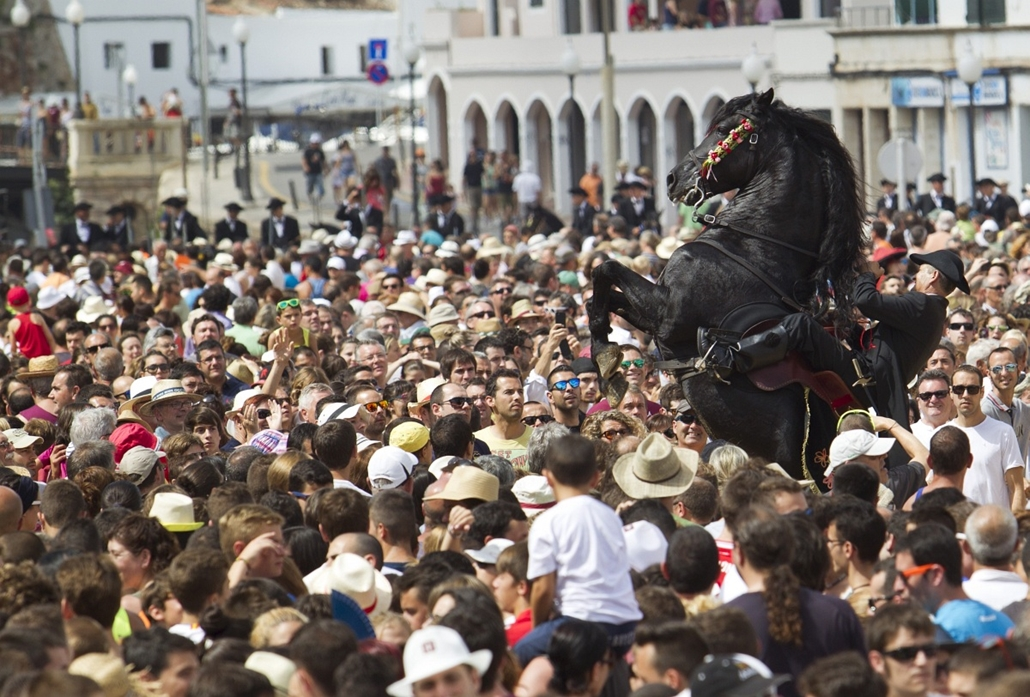 afp. hét képe 0623-0628 - Ciutadella, Spanyolország 2014.06.24. A horse rears in a crowd during in the traditional San Juan (Saint John) festival in the town of Ciutadella, on the Balearic Island of Menorca on Saint John's day on June 24, 2014.