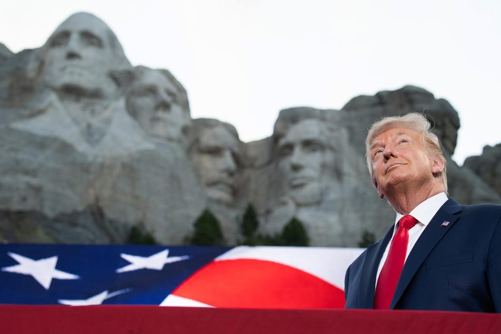 Trump nagyítás afp  2020 július 3 Mount Rushmore