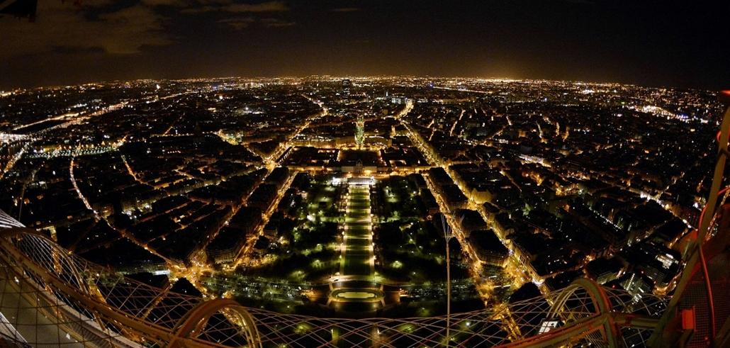 "afp. Eiffel-torony, kilátás - 2013.12.06. Párizs, Franciaország légifelvétel - An aerial view taken on December 6, 2013 show Paris by night from the top floor of the Eiffel Tower platform located at 324 meters. Center, the ""Champ de Mars"" gardens"