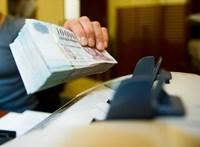 Tisztességtelen díjat szedni a befizetésért - banki gyakorlatokat ítélt el a bíróság