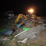 Fotók: befőttes üvegekkel borította be az utat egy balesetes kamion