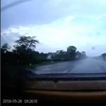Vizes aszfalton akart emberkedni a Mercedes sofőrje, rossz vége lett – videó