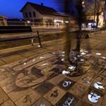Fotók: világít este a járda Monor belvárosában
