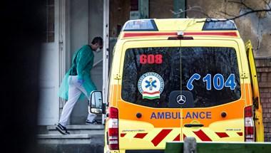 Részegen kezdte dobálni a koronavírusos esethez induló mentőautót