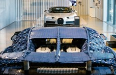 Egymás mellett áll az igazi és a Lego Bugatti Chiron a márka múzeumában