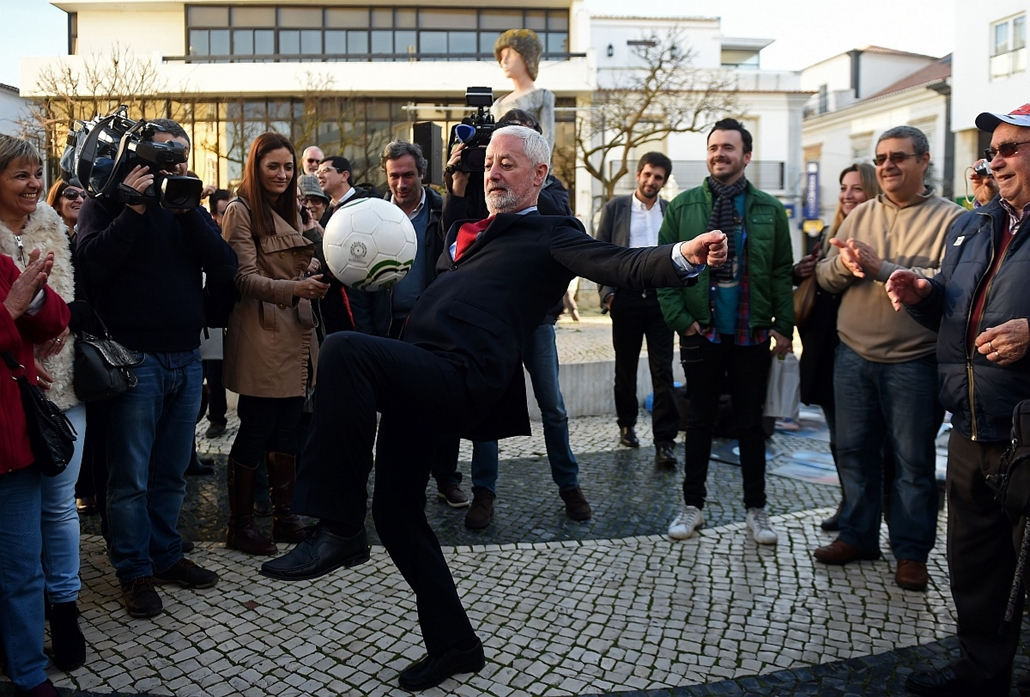 afp. hét képei - 2016.01.13. Lagos, Portugália, Left-wing candidate for Portugal's presidency Antonio Sampaio da Novoa shows his football skills off during a campaign event in Lagos on January 13, 2016. Campaigning for Portugal's presidency officially got