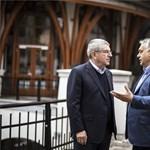 """Orbán Viktor a """"pincétől a padlásig"""" megmutatta Felcsútot a NOB elnökének"""